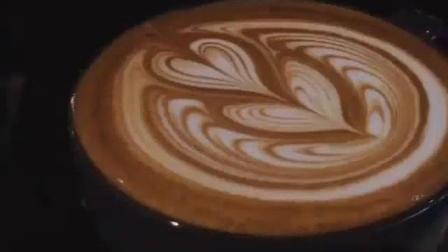 【每日咖啡拉花】压纹郁金香包心拿铁艺术-滑翔的牛奶(ins@baristaswag2)