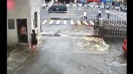 两位中年少妇正在聊天, 亲眼目睹让她害怕震撼的一幕, 被监控拍下