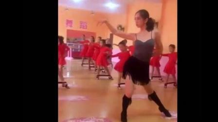 看了小朋友们的拉丁舞老师之后, 我也忍不住想学跳舞