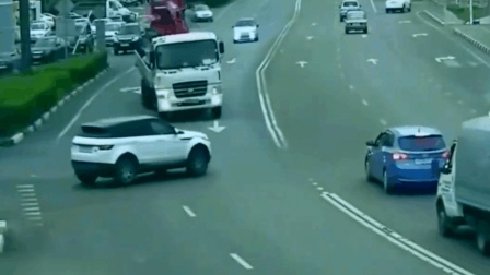 路虎横冲直撞以为大货车不敢撞他, 3秒后监控拍下路虎粉碎一幕