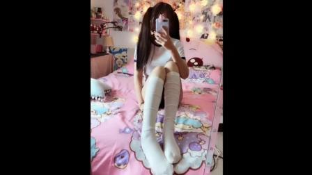 双马尾小萝莉, 白色过膝袜加上纤细美腿, 萝莉控最爱这样的了!