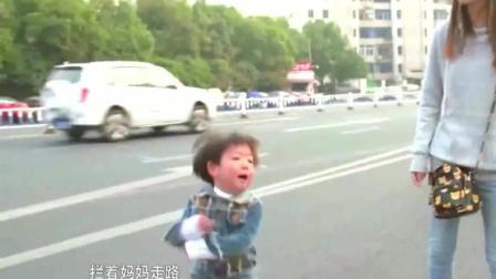 狠心的妈妈任孩子怎么哭都哄, 过马路头也不回, 太无情了