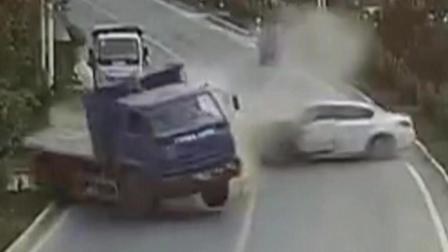 货车与轿车猛烈相撞 两车大漂移