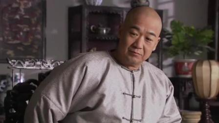 纪晓岚遇到皇上的亲戚, 不下跪反而还直接把金烟杆摔在了桌子上