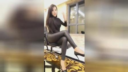 美女皮裤配高跟鞋, 坐姿性感迷人
