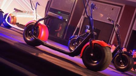 """这辆形似""""哈雷""""的电动车 比汽车轮子还大 不用站梯就能屹立不倒"""