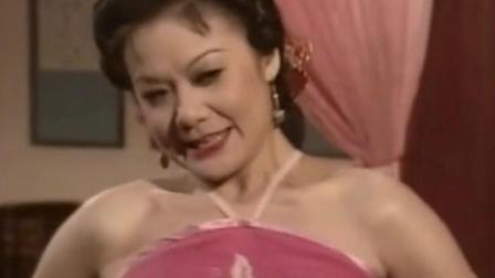 韦小宝帮女子穿衣服, 结果把衣服弄破了