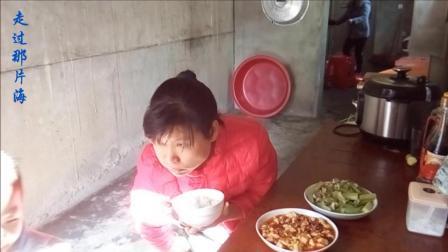 吃货爱美食: 美食吃播 麻婆豆腐+青椒瘦肉炒黄瓜 萌娃大方送了一口棒棒糖