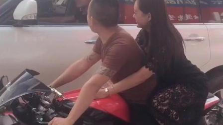 兄弟, 这辆摩托车比你的车都贵, 瞬间弱爆了有木有?