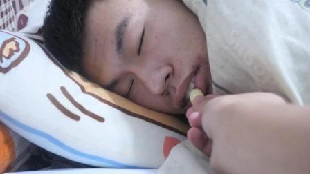 友尽系列整蛊! 在室友睡觉的时候给他吃虫
