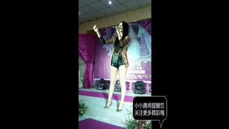 农村歌舞团表演现场, 漂亮的长腿美女歌手