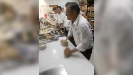 老面点师傅传授独家绝技, 当面团一揉, 就知道他做的面包为啥好吃了