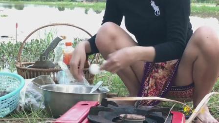 柬埔寨小姐姐在野外做一道菜, 凉拌螃蟹, 网友直呼真敢吃