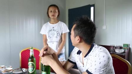 美女服务员拿了啤酒却不给拿起盖器 结果男子恼了