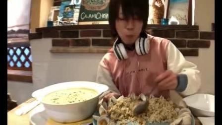 日本大胃王draco小哥吃海鲜浓汤炒饭, 奶油汤和法棍面包, 共3.5kg