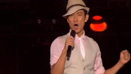 """刘德华演唱会与""""儿子""""安逗合唱《无间道》全程高空吊威亚无压力!"""