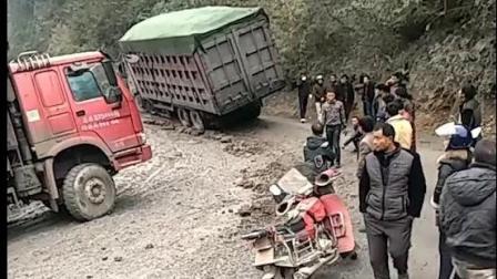 开卡车的兄弟不容易啊, 而且很危险, 眼睁睁看着车掉下去!