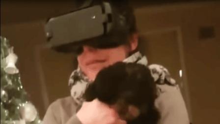 妈妈玩VR抱狗 竟把狗屁股当成头拼命蹭