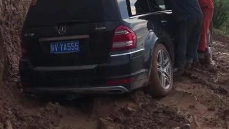 奔驰陷泥里, 车轮打滑硬是起不来, 看完你还想买奔驰吗?