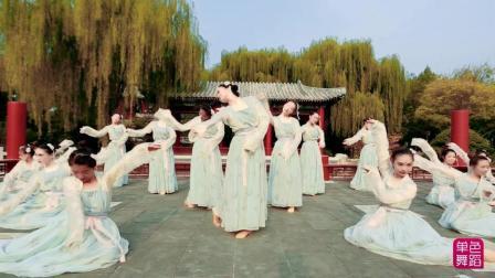 来看看中国舞教练班学员如何倾情舞动这饱含绵绵相思的《九张机》。