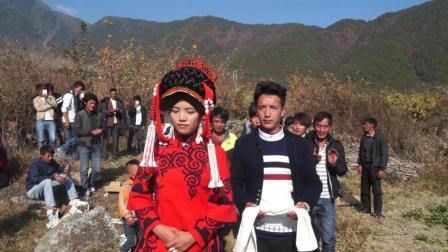彝族新人结婚当天是这样做的看起来很幸福