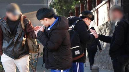 社会实验: 中学生在街头借火, 竟然有人主动点烟?