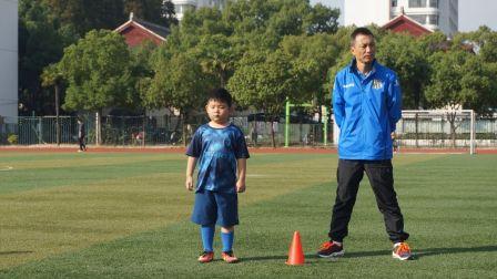 【6岁】10-28哈哈在专业足球教练的指导下练习短距离足球传球MAH07250