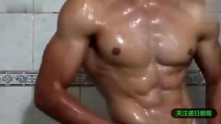 最会撩人的肌肉男   浴室洗澡腹肌激情四射!
