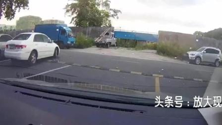 女司机转不过弯, 开门就骂司机会不会开车, 下车后就尴尬了,