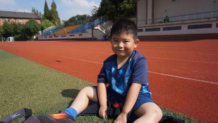 【6岁】10-28哈哈足球训练结束,在场边坐着玩橡胶颗粒MAH07287