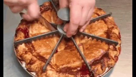 看小师傅做新鲜出锅的樱桃派, 好娴熟[好爱哦]