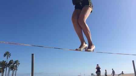 加州女子平衡力惊人 踩细高跟走钢丝艺高人胆大