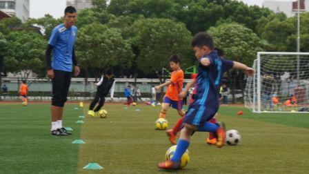 【6岁】10-28哈哈足球折返带球训练,跟小朋友比赛MAH07226