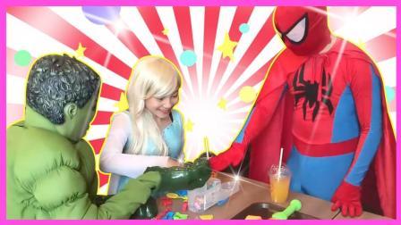 绿头怪小丑在麦当劳餐厅遇到艾莎公主蜘蛛侠 绿头怪玩游戏被打晕 小伶玩具