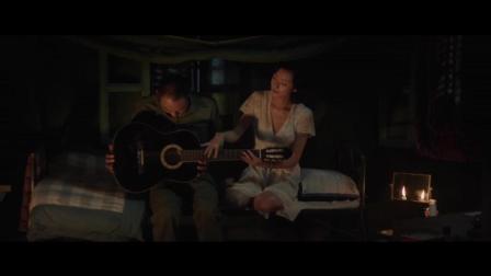 《军中乐园》有些感情不经意间就慢慢的出现, 万茜教阮经天弹吉他