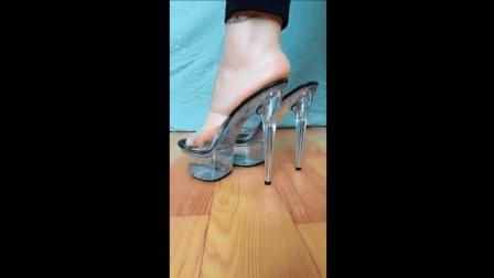 美脚美女试穿透明高跟鞋