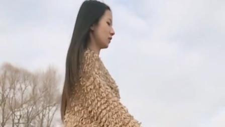 街拍: 紧身裤美女穿着这件毛衣有点像是树叶做的, 好有风格