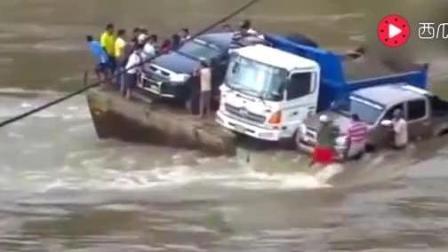 实拍轮渡搭载汽车过河沉没, 船上还不少人啊, 吓哭了围观者!