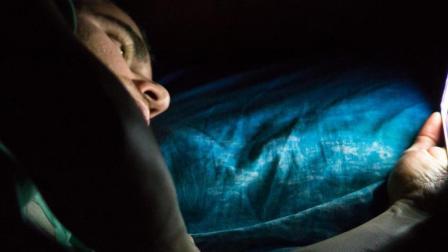 为啥卧床玩手机会让人瘫痪? 看完我赶紧坐了起来