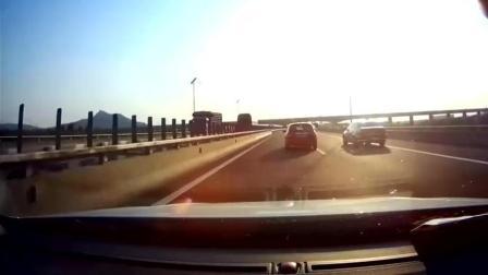 高速上女司机长时间走中线, 真是让别人无路可走