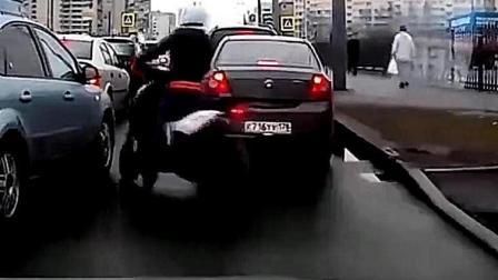 女司机车流中见缝插针, 接下来一幕后悔了, 监控拍下这荒唐一幕