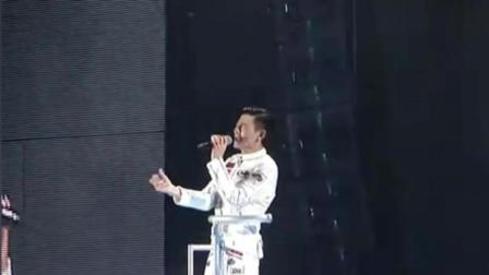 刘德华演唱会唱《冰雨》, 现场碰巧忽然下雨, 观众欢呼!