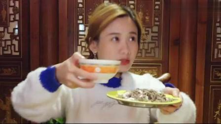 大胃王密子君吃遍北京小吃, 饲养员又来当跟班了, 狗粮撒一地啊!