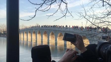 实拍颐和园现金光穿洞美景 引数千人拍照