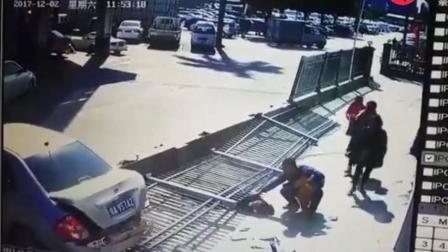 全国重大车祸死亡, 女子带娃蹲路中间打电话被汽车碾压不敢看
