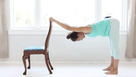 5分钟办公室瑜伽伸展练习 缓解长期久坐导致的腰酸背痛