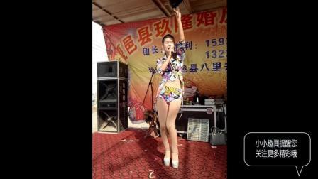 农村歌舞团表演现场, 实拍性感高跟美女歌手