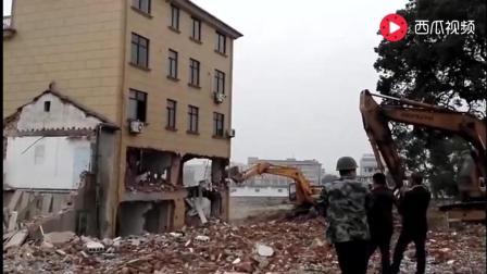 拆房拆到最后, 挖掘机还被砸了, 是机什么问题吗?