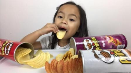 小女孩学大人直播吃薯片, 有模有样真可爱
