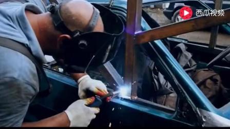 老外在车顶焊接一个铁架, 开到120码来个急刹, 9条命都不够